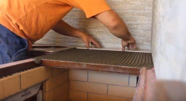 Наносят клей и начинают укладывать плитку
