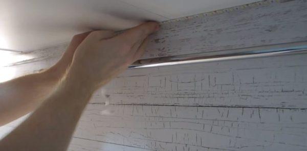 Ленту аккуратно приклеивают к днищу шкафчика