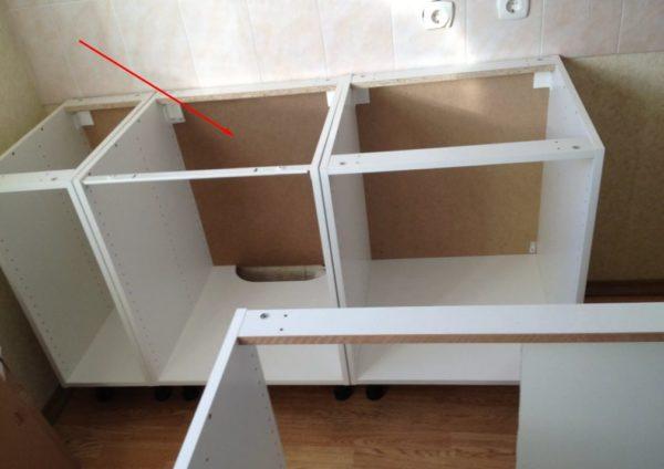 Задняя стенка из ЛДВП на 2 мм с каждой стороны меньше размера шкафчика