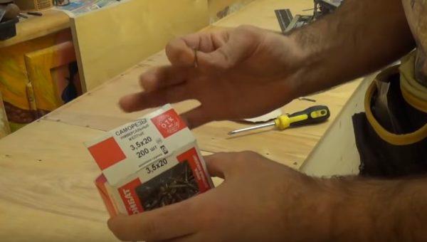 Для крепления задней стенки подойдут саморезы 3,5х20 мм