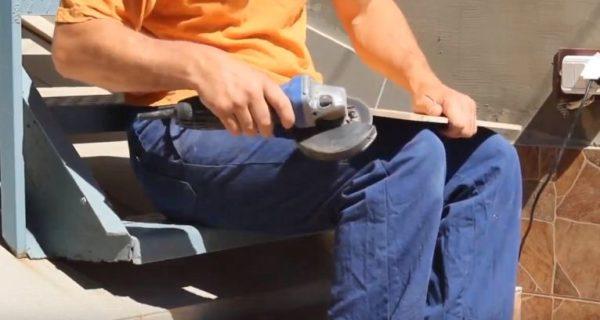 С помощью болгарки делают фаску на угловых элементах