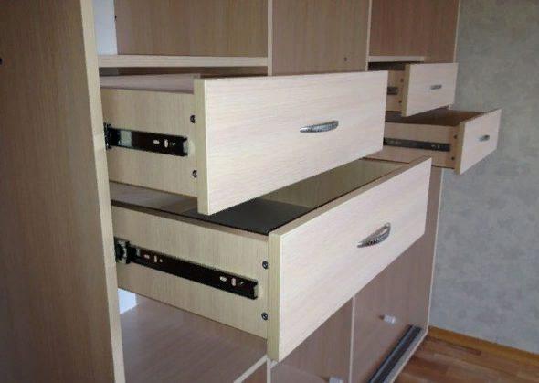 На телескопические направляющие в большинстве случаев устанавливают ящики в шкафах с раздвижными дверями