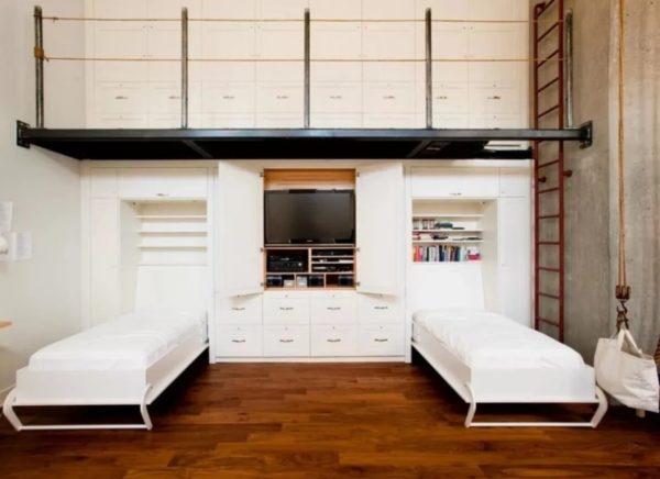 Целая система, встроенная в стену – помещение имеет очень высокие потолки