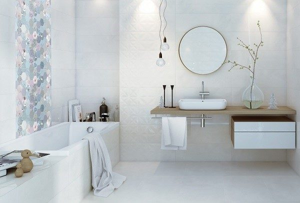 Светлая плитка визуально увеличивает пространство в ванной комнате