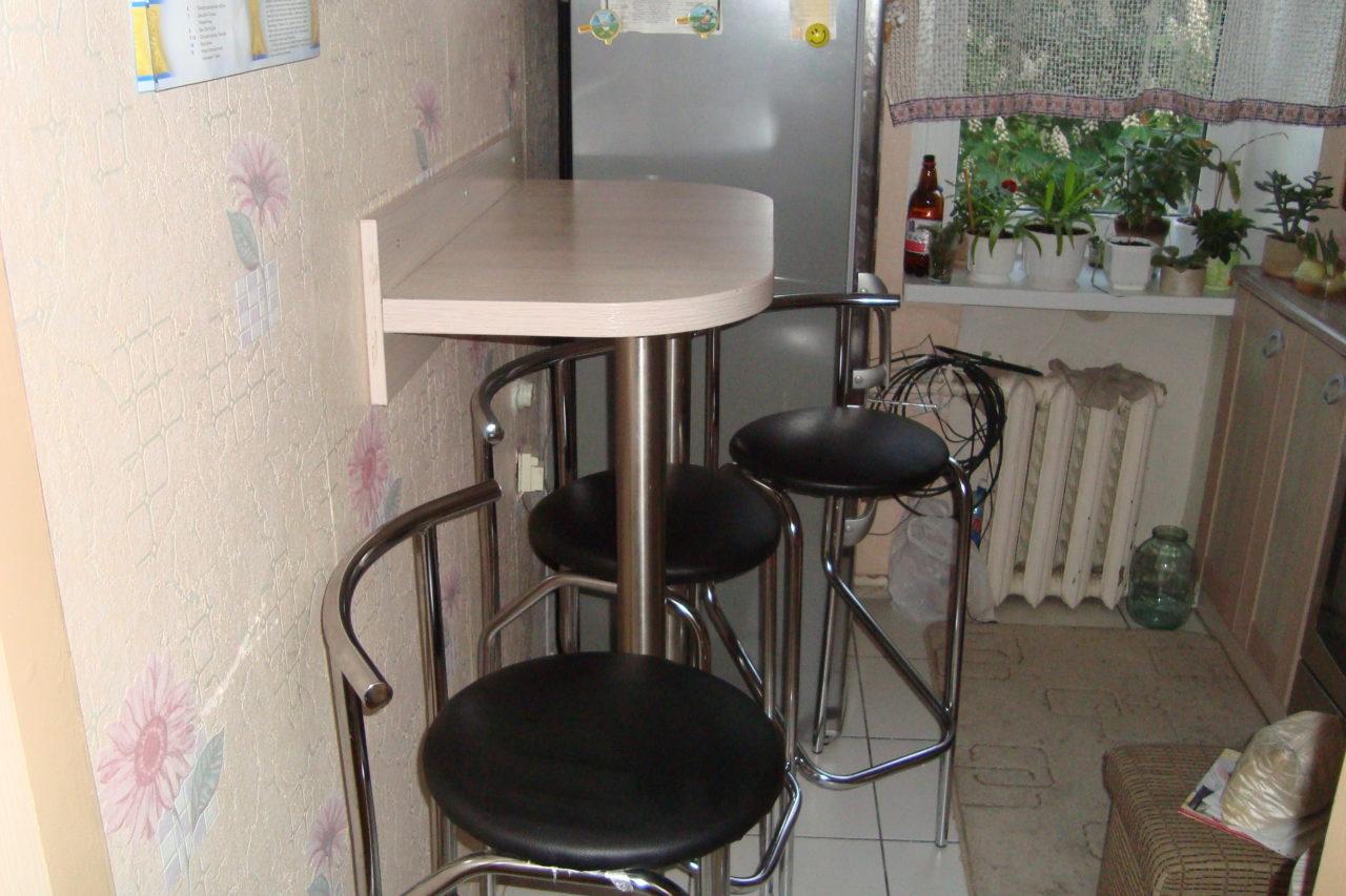 Барная стойка устанавливается непосредственно у стены помещения, что позволяет ей вписаться практически в любой дизайн интерьера