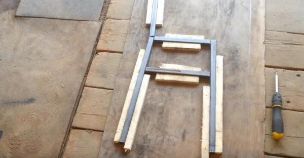 Чтобы обеспечить равномерность конструкции, трубы зажимают брусками