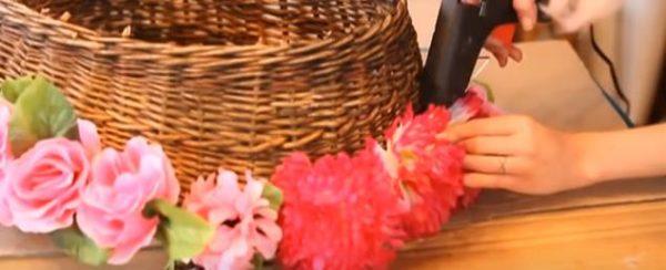 Декорируем корзину цветами, располагать которые можно в любом порядке на свое усмотрение