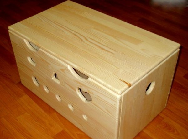 Деревянный ящик для хранения различных бытовых мелочей