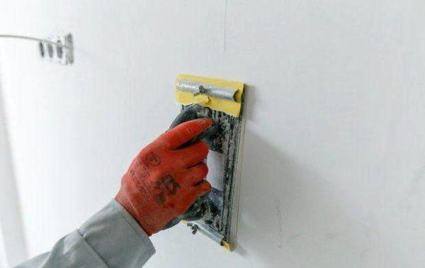 Для работ рекомендуется приобрести специальный держатель для наждачки