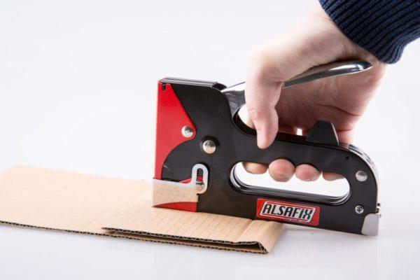 Для сшивания картона применяют загибающиеся скобы