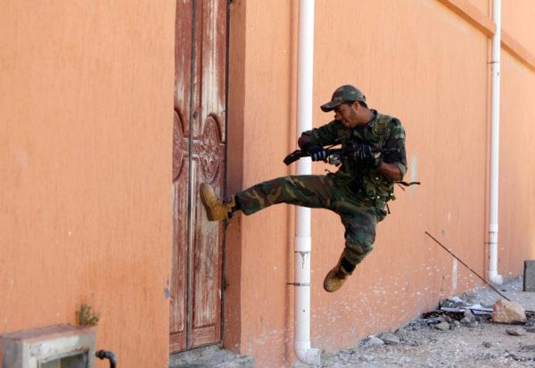 Если дверь открывается наружу, ее сложнее выбить