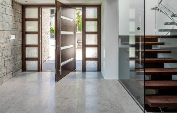Если дверь открывается внутрь, полотно занимает некоторое полезное пространство в прихожей