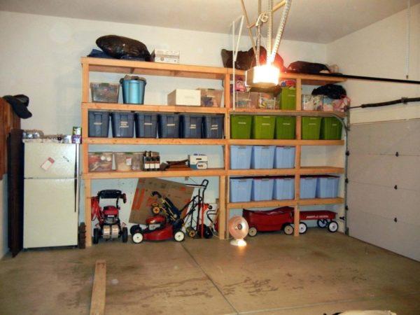 Если вы не храните в гараже ничего лишнего, можно обойтись компактным деревянным стеллажом