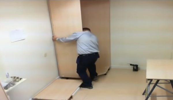 Фиксируется стенка шкафа