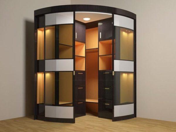 Говоря о минусах, следует отметить, что подобрать готовый шкаф-купе сложно, он должен соответствовать особенностям комнаты