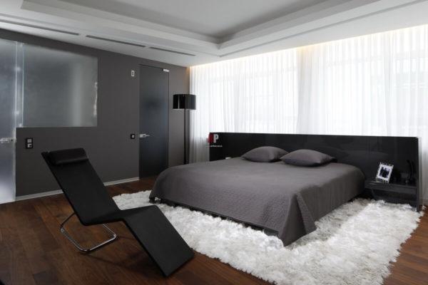 Интерьер спальни в стиле хай-тек не приемлет большого количества настенных украшений