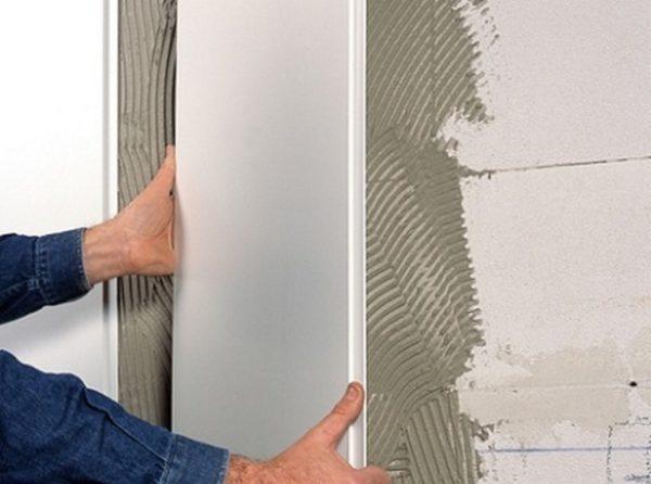 Приклеивание панелей ПВХ на стену