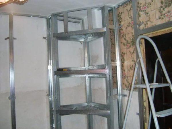 Каркас полок закрепляют к вертикальным стойкам, которые сначала фиксируют на стене