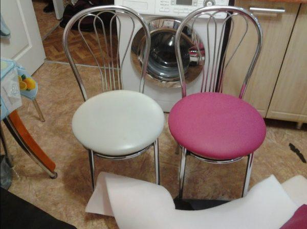Металлические стулья с сидушками, оббитыми кожзаменителем