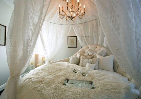 Можно приобрести уже готовый вариант балдахина, который только останется закрепить над кроватью