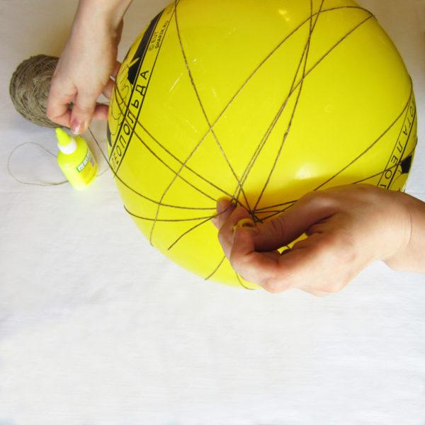 Обмотать шар нитками в хаотичном порядке
