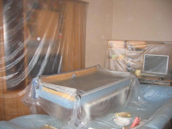 Одноразовые защитные чехлы для мебели можно приобрести в строительных магазинах