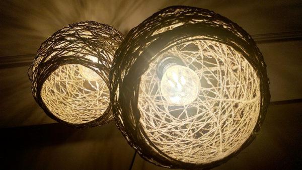 Плафоны из ниток подходят как для люстр, так и для настольных ламп