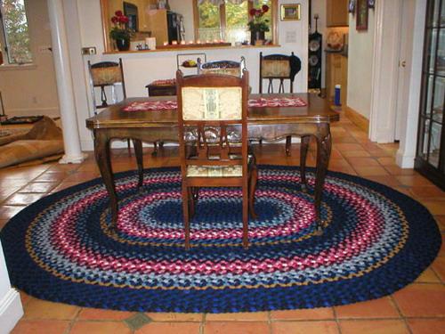 Плетеный коврик из кос