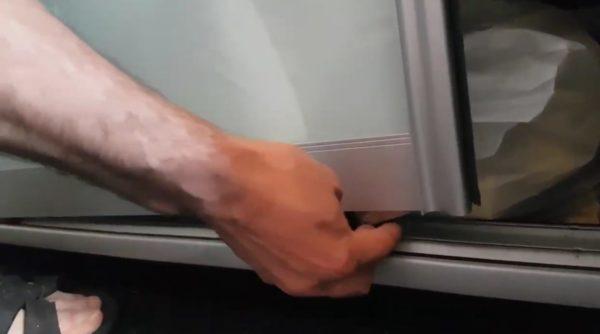 При поднятии двери следует избегать резких движений