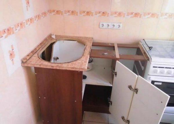 Рекомендуется демонтировать раковину, чтобы было удобнее менять смеситель