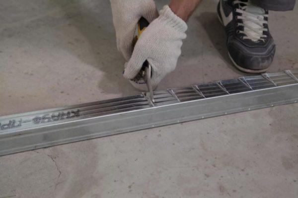 Следует проверить правильность расположения всех частей с помощью строительного уровня