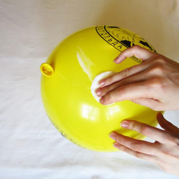 Смазать поверхность шарика тонким слоем крема