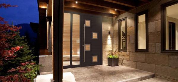 Стильная входная дверь в частном доме