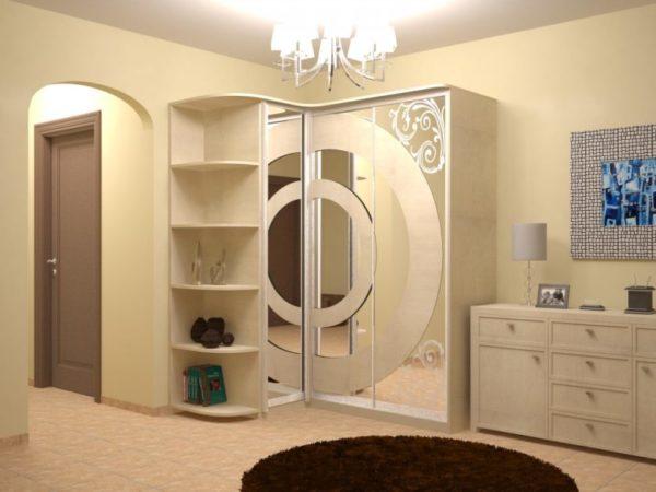Угловой шкаф-купе с большим зеркалом и радиусными полками в прихожую