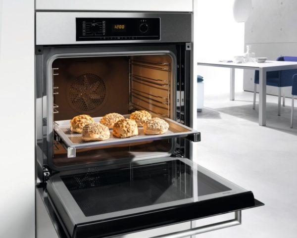 В электрических духовках с функцией конвекции, предусматривается принудительная циркуляция воздуха
