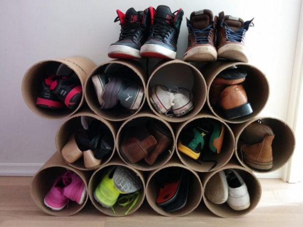Вместо склеивания секции полки можно увязать шнуром или собрать на скотч. Такую обувницу можно сделать напольной или настенной