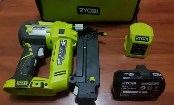 Запасной аккумулятор для строительного степлера может пригодиться при большом объеме работ