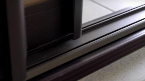 Засорение профиля является одной из наиболее частых причин застревания двери