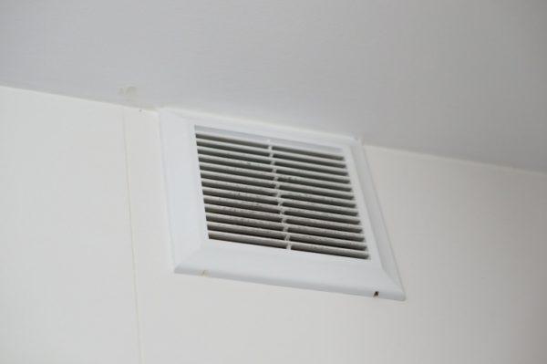 Через такие вентиляционные отверстия газ легко выветривался из кухни