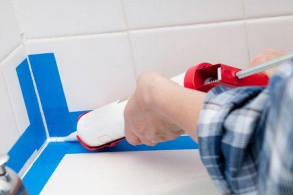 Как заделать щель между ванной и стеной Чем можно закрыть шов герметизация стыка - способы решения проблемы