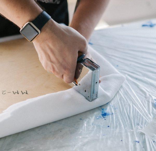 Наиболее частое применение строительный степлер находит в деревообрабатывающей промышленности и при производстве мебели
