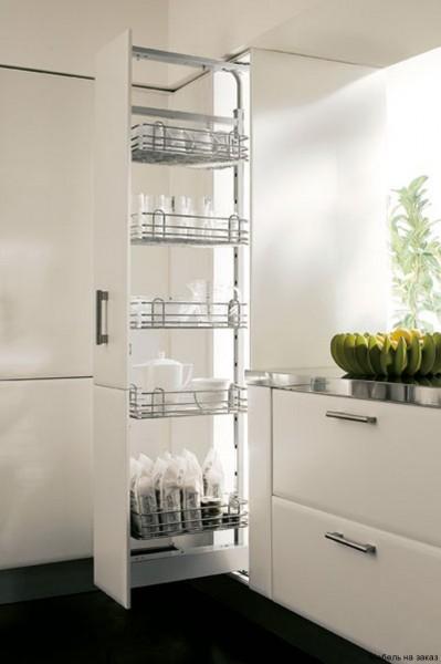 Для кухонного пенала больше подходят сетчатые ящики и полки