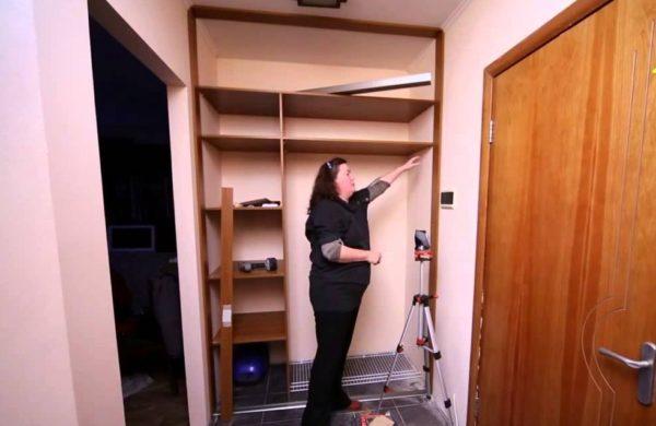 Устройство шкафа-купе между двумя стенами