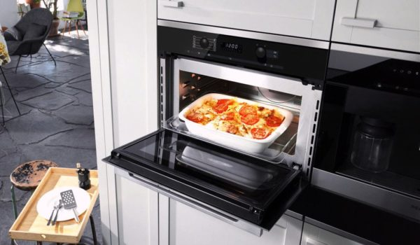 Поддон с блюдом, необходимо поместить в электрической духовке таким образом, чтобы между верхней полкой и нижней присутствовала небольшое расстояние, это необходимо, чтобы пища равномерно пропеклась