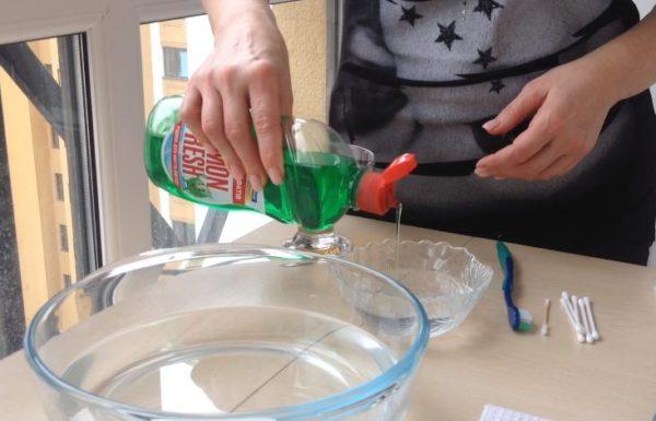 Моющее средство наливают в чашку с водой