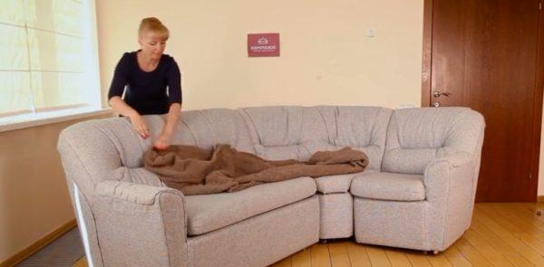 Изделие раскладывается на диване