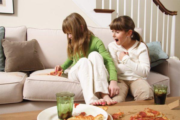 Сложно избежать пятен на мебели, когда в доме есть дети