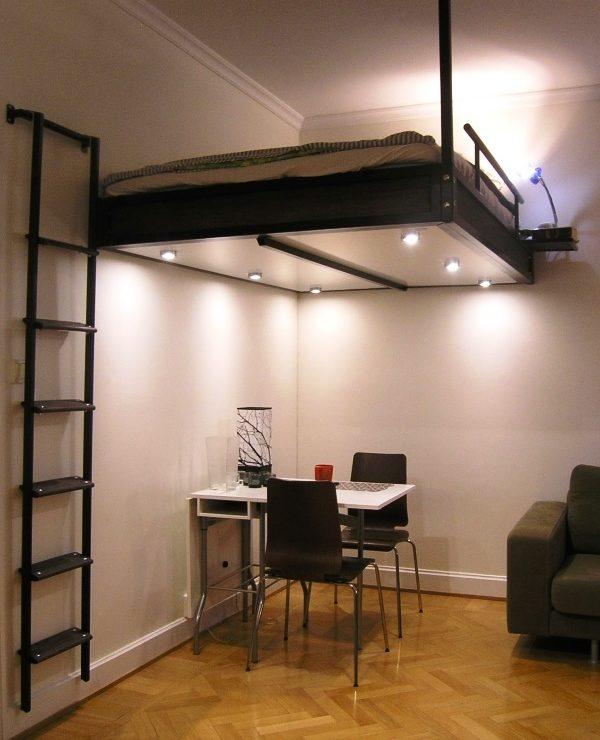 Подвесная конструкция без опор в квартире-студии не привлекает внимание