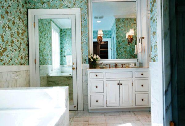 В ванной используют влагостойкое зеркало, которое будет спокойно переносить температурные перепады