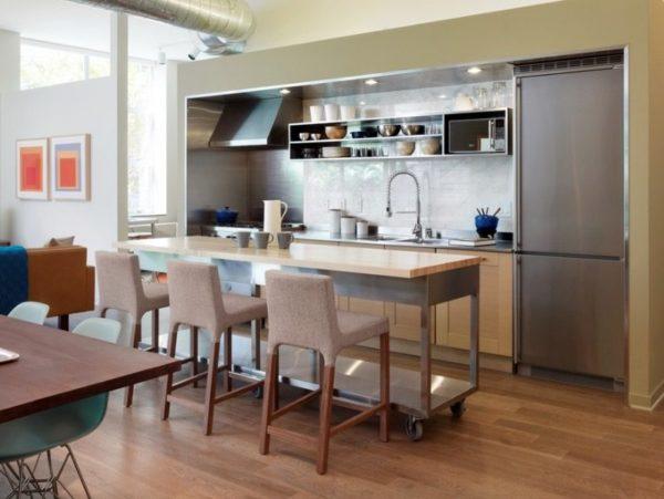 Стулья бара могут быть оформлены в общей стилистике кухонного гарнитура